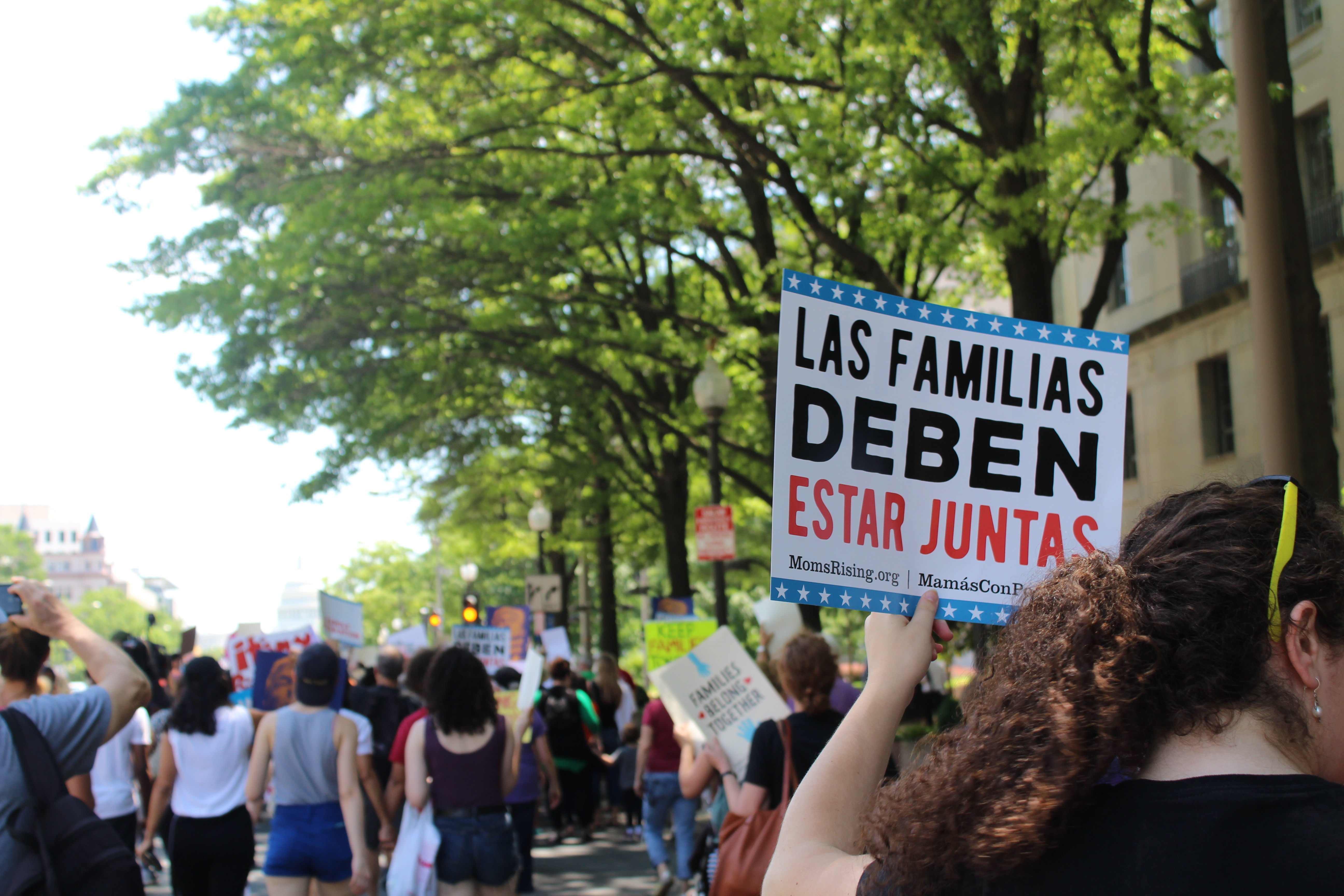 Families Belong Together sign (in spanish)