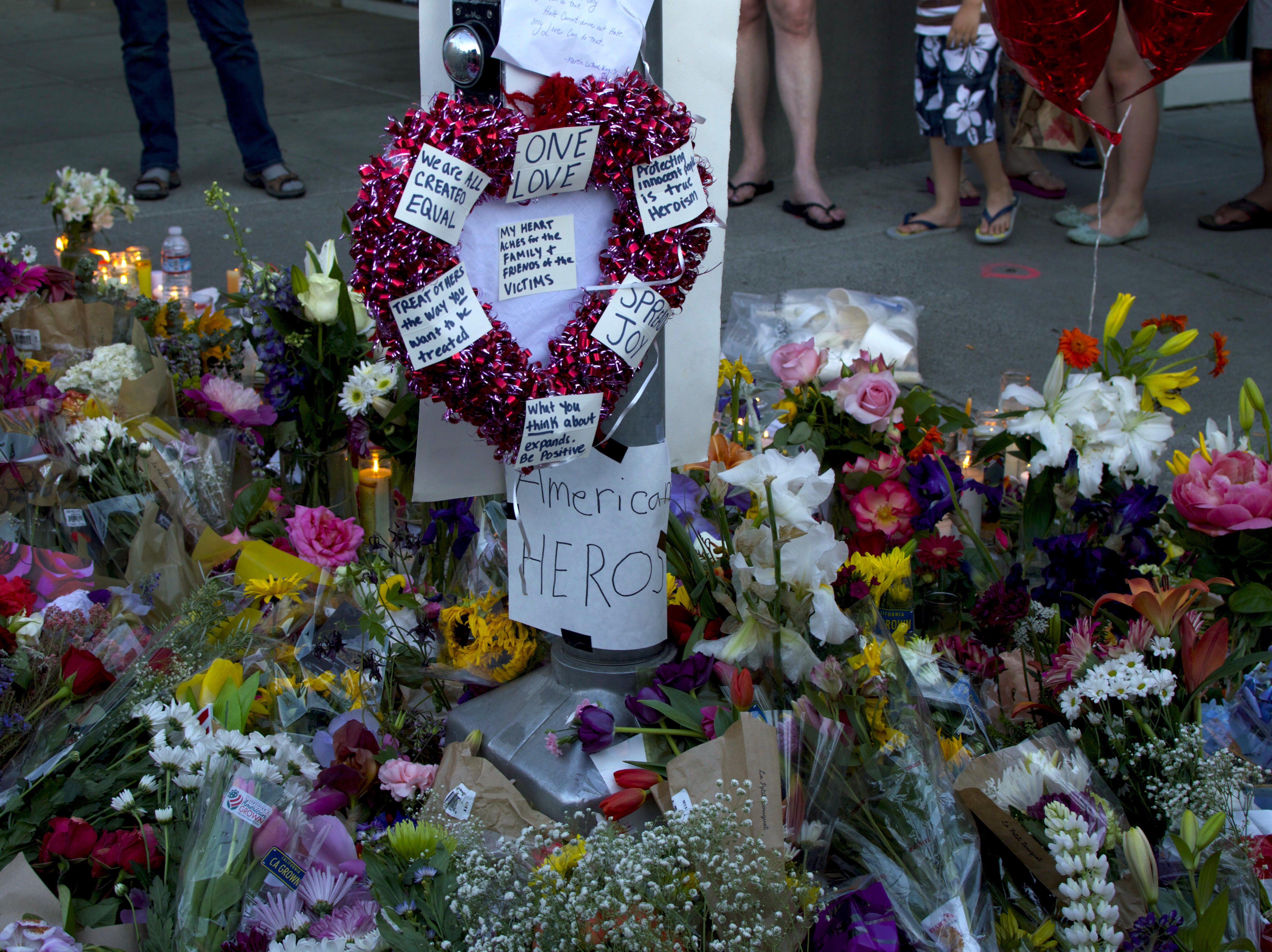 Picture of memorial for people stabbed in Portland hate crime