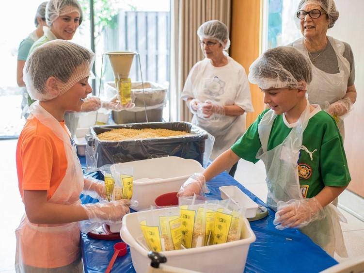 Washington Hebrew Congregation students preparing meals